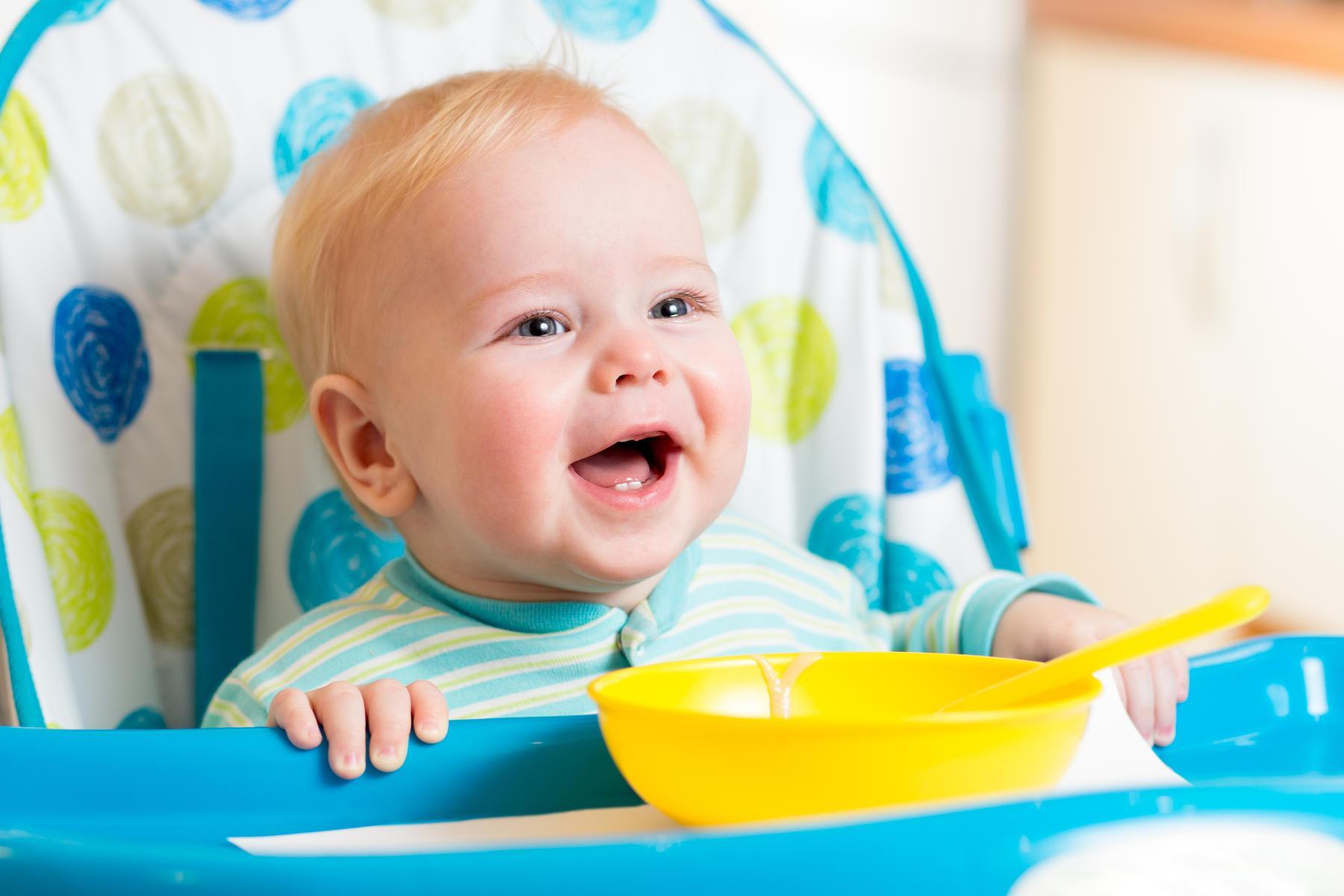 صورة متى ياكل الرضيع , وما الاكل المناسب له