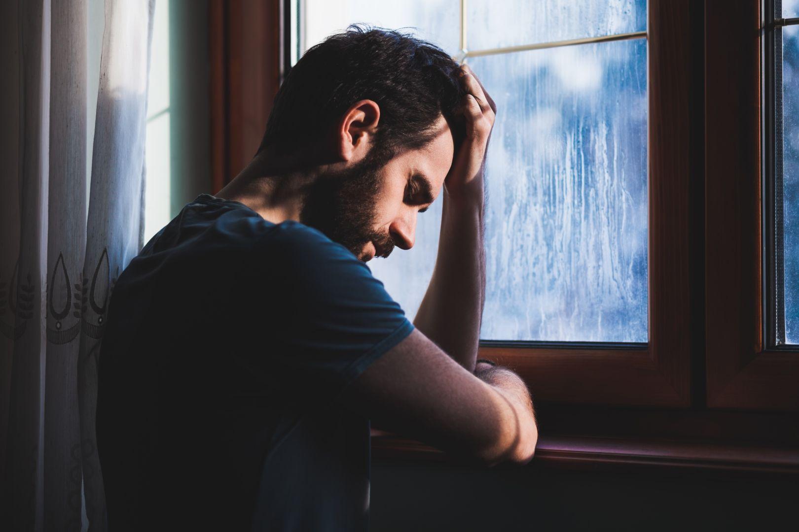 بالصور صور رجل حزين , اقوى الصور المعبرة عن حزن الرجل 5247 5